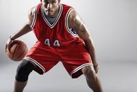 African basketball player bounding basketball 11018074702  写真素材・ストックフォト・画像・イラスト素材 アマナイメージズ