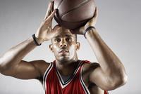 African basketball player shooting basketball 11018074704  写真素材・ストックフォト・画像・イラスト素材 アマナイメージズ