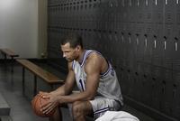 Mixed race basketball player sitting in locker room 11018074714  写真素材・ストックフォト・画像・イラスト素材 アマナイメージズ