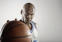 Sweating Hispanic basketball player holding basketball 11018074720  写真素材・ストックフォト・画像・イラスト素材 アマナイメージズ