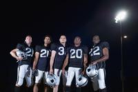 Football players in uniform holding helmets 11018077763  写真素材・ストックフォト・画像・イラスト素材 アマナイメージズ
