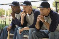 Baseball players looking serious on bench 11018078089  写真素材・ストックフォト・画像・イラスト素材 アマナイメージズ