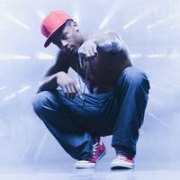Back lit African man squatting and pointing 11018078601| 写真素材・ストックフォト・画像・イラスト素材|アマナイメージズ