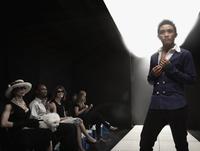 Asian model on runway in fashion show 11018078735| 写真素材・ストックフォト・画像・イラスト素材|アマナイメージズ