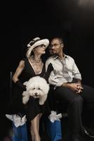 Woman with dog watching fashion show 11018078737| 写真素材・ストックフォト・画像・イラスト素材|アマナイメージズ