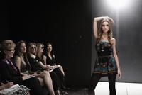 Caucasian model on runway in fashion show 11018078740| 写真素材・ストックフォト・画像・イラスト素材|アマナイメージズ