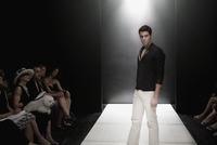 Mixed race model on runway in fashion show 11018078745| 写真素材・ストックフォト・画像・イラスト素材|アマナイメージズ