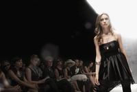 Caucasian model on runway in fashion show 11018078746| 写真素材・ストックフォト・画像・イラスト素材|アマナイメージズ