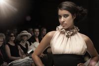 Hispanic model on runway in fashion show 11018078748| 写真素材・ストックフォト・画像・イラスト素材|アマナイメージズ