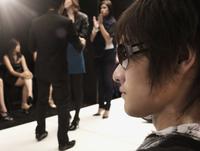 People on runway in fashion show 11018078750| 写真素材・ストックフォト・画像・イラスト素材|アマナイメージズ