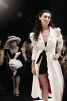 People on runway in fashion show 11018078752| 写真素材・ストックフォト・画像・イラスト素材|アマナイメージズ