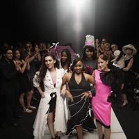 Models on runway in fashion show 11018078755| 写真素材・ストックフォト・画像・イラスト素材|アマナイメージズ