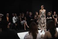 Mixed race model on runway in fashion show 11018078775| 写真素材・ストックフォト・画像・イラスト素材|アマナイメージズ