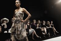 Mixed race model on runway in fashion show 11018078776| 写真素材・ストックフォト・画像・イラスト素材|アマナイメージズ