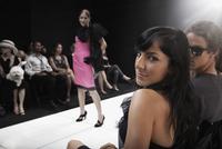 Model on runway in fashion show 11018078791| 写真素材・ストックフォト・画像・イラスト素材|アマナイメージズ