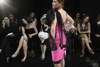 Caucasian model on runway in fashion show 11018078792| 写真素材・ストックフォト・画像・イラスト素材|アマナイメージズ