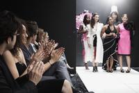 Models on runway in fashion show 11018078796| 写真素材・ストックフォト・画像・イラスト素材|アマナイメージズ
