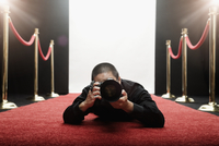 Chinese photographer laying on red carpet 11018079235| 写真素材・ストックフォト・画像・イラスト素材|アマナイメージズ