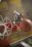 Men playing basketball 11018079418  写真素材・ストックフォト・画像・イラスト素材 アマナイメージズ