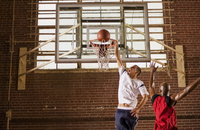 Men playing basketball 11018079420  写真素材・ストックフォト・画像・イラスト素材 アマナイメージズ