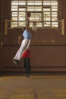 Men playing basketball 11018079421  写真素材・ストックフォト・画像・イラスト素材 アマナイメージズ