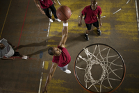 Men playing basketball 11018079422  写真素材・ストックフォト・画像・イラスト素材 アマナイメージズ