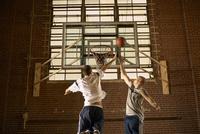 Men playing basketball 11018079423  写真素材・ストックフォト・画像・イラスト素材 アマナイメージズ