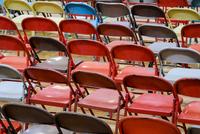 Multicolor empty folding chairs 11018080177| 写真素材・ストックフォト・画像・イラスト素材|アマナイメージズ
