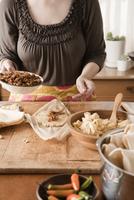 Woman making tamales 11018080885  写真素材・ストックフォト・画像・イラスト素材 アマナイメージズ