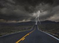 Lightning striking remote highway 11018081141| 写真素材・ストックフォト・画像・イラスト素材|アマナイメージズ
