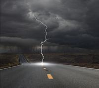 Lightning hitting remote road 11018081352| 写真素材・ストックフォト・画像・イラスト素材|アマナイメージズ