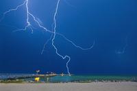 Lightning at the Beach 11018084178| 写真素材・ストックフォト・画像・イラスト素材|アマナイメージズ