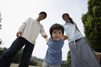 手をつないでいる家族 11019000232  写真素材・ストックフォト・画像・イラスト素材 アマナイメージズ