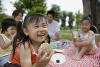 ピクニックをしている家族 11019000244  写真素材・ストックフォト・画像・イラスト素材 アマナイメージズ