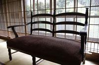 日本家屋の室内に置いてあるソファー