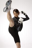 キックボクシングをする日本人女性