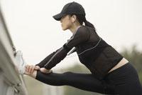 ストレッチをする日本人女性 11019001583| 写真素材・ストックフォト・画像・イラスト素材|アマナイメージズ
