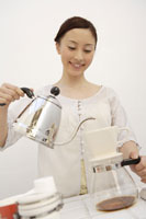 コーヒーを入れる日本人女性