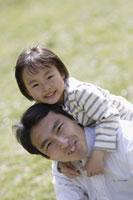 父親と娘 11019004130| 写真素材・ストックフォト・画像・イラスト素材|アマナイメージズ