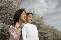 桜と母子 11019004140| 写真素材・ストックフォト・画像・イラスト素材|アマナイメージズ