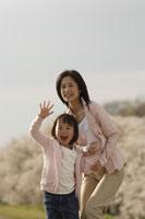 桜と母子 11019004142| 写真素材・ストックフォト・画像・イラスト素材|アマナイメージズ