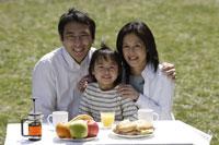 ピクニックをする家族