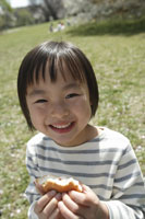サンドイッチを食べる女の子