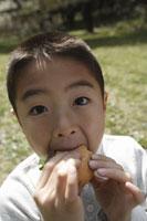 サンドイッチを頬張る男の子