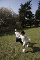 公園で遊ぶ子供たち
