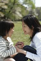 母親と娘 11019004178| 写真素材・ストックフォト・画像・イラスト素材|アマナイメージズ