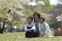 ピクニックをする親子