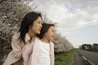 桜と母子 11019004186| 写真素材・ストックフォト・画像・イラスト素材|アマナイメージズ