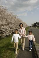 土手を散歩する親子