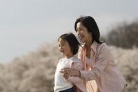 桜と母子 11019004189| 写真素材・ストックフォト・画像・イラスト素材|アマナイメージズ